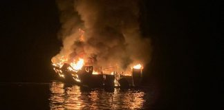 El Barco de buceo llamado Conception, envuelto en llamas Foto:@cgtnenespanol