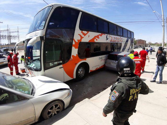 Luego de atropellar a la persona, el bus chocó contra tres vehículos. Foto: LA PATRIA