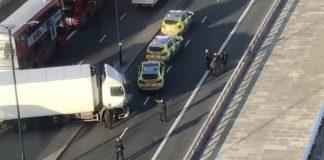 Numerosos vehículos policiales y ambulancias se encontraban en el lugar de los hechos. Foto: @periodico_lavoz.