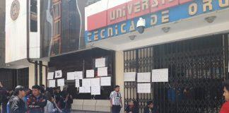 Los universitarios protestaron en puertas del rectorado. Foto: LA PATRIA.