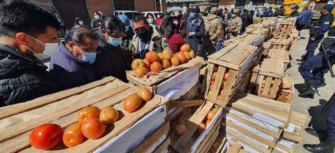 En operativo conjunto, decomisan más de cuatro toneladas de fruta y  hortalizas de contrabando en El Alto